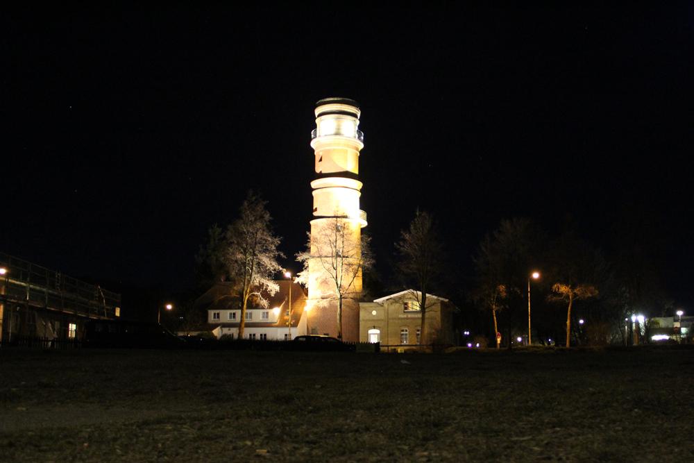 Nachtaufnahme vom Leuchtturm in Travemuende